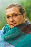 Femme mûre en parc de ville Photo stock