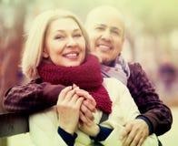 Femme mûre et homme plus âgé posant ensemble dehors photos stock