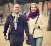 Femme mûre et homme plus âgé posant ensemble dehors photo libre de droits