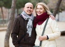 Femme mûre et homme plus âgé posant ensemble dehors photographie stock
