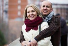Femme mûre et homme plus âgé posant ensemble dehors Photo stock