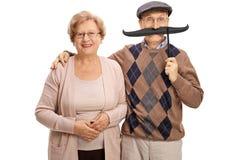 Femme mûre et un homme mûr avec la grande fausse moustache Images libres de droits