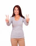 Femme mûre faisant des gestes le signe de victoire avec des doigts Images libres de droits