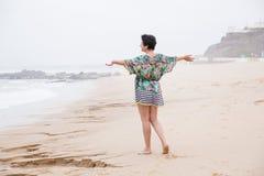 Femme mûre heureuse avec les bras écartés appréciant des vacances Photo stock