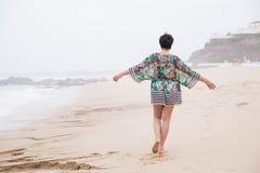 Femme mûre heureuse avec les bras écartés appréciant des vacances Image stock