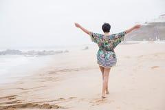 Femme mûre heureuse avec les bras écartés appréciant des vacances Photos libres de droits