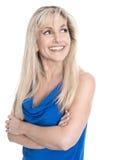 Femme mûre heureuse d'isolement avec les bras croisés au-dessus du blanc Photo stock