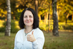 Femme mûre heureuse montrant le signe correct Photographie stock libre de droits