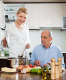 Femme mûre heureuse souriant avec l'aîné plus âgé Images stock