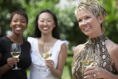 Femme mûre heureuse tenant le verre de vin Images libres de droits