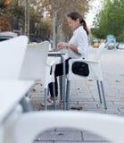 Femme mûre mignonne au café Image libre de droits