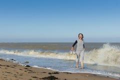 Femme mûre obtenant éclaboussée en mer Photo stock