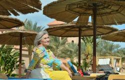 Femme mûre près de piscine des vacances Photo stock
