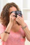 Femme mûre prenant des photos Photos stock