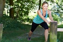 Femme mûre réchauffant avant l'exercice dans la campagne photographie stock libre de droits