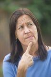 Femme mûre réfléchie et inquiétée Photographie stock libre de droits