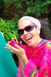 Femme mûre riante avec la bouganvillée Photo stock