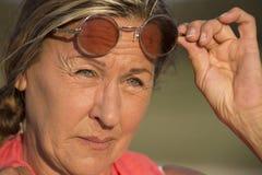 Femme mûre sûre avec des lunettes de soleil Image stock