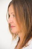 Femme mûre seule de profil Photographie stock libre de droits