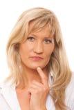 Femme mûre songeuse réfléchie de portrait d'isolement images stock