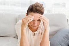 Femme mûre souffrant du mal de tête Photos libres de droits