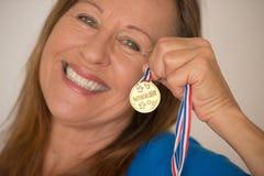 Femme mûre sportive avec la médaille Photos libres de droits