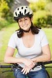 Femme mûre sur le tour de cycle dans la campagne Photos libres de droits