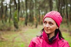 Femme mûrie dans la forêt image stock