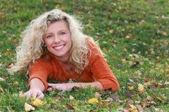 Femme mûrie en automne Images stock