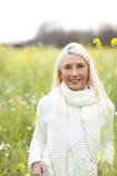 Femme mûrie heureuse dans le flowerfield Images stock