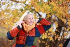 Femme mûrie heureuse en automne Photo libre de droits