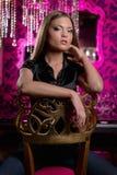 Femme magnifique à l'intérieur Photo libre de droits