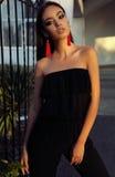 Femme magnifique avec de longs cheveux foncés et maquillage lumineux photo stock