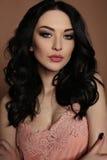 Femme magnifique avec le maquillage de cheveux foncés et de soirée photo libre de droits