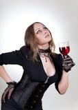 Femme magnifique avec le vin rouge image stock