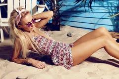 Femme magnifique avec les cheveux blonds détendant sur la plage images libres de droits