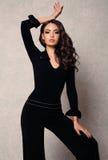 Femme magnifique avec les cheveux foncés dans des vêtements élégants images stock