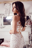 Femme magnifique avec les cheveux foncés dans la robe élégante de dentelle photos libres de droits