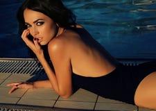Femme magnifique avec les cheveux foncés dans le maillot de bain élégant images libres de droits