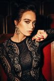 Femme magnifique avec les cheveux foncés dans le posin luxueux de robe de dentelle images libres de droits