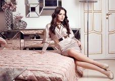 Femme magnifique avec les cheveux foncés posant dans l'intérieur luxueux image stock