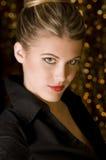 Femme magnifique dans la chemise noire photographie stock libre de droits