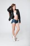 Femme magnifique dans la lingerie et la veste en cuir noire Photographie stock libre de droits