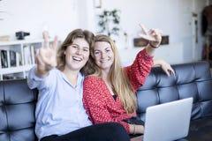 Femme magnifique de la brune deux regardant l'appareil-photo avec le sourire et le sho photos stock