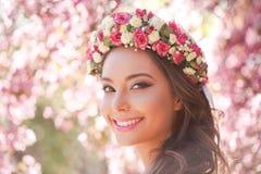 Femme magnifique de maquillage de ressort image stock