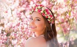 Femme magnifique de maquillage de ressort images libres de droits