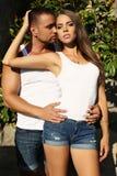 Femme magnifique et homme bel embrassant dans le jardin Images stock