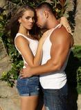 Femme magnifique et homme bel embrassant dans le jardin Image stock