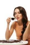 Femme magnifique s'asseyant à une table avec le café express Co photographie stock libre de droits
