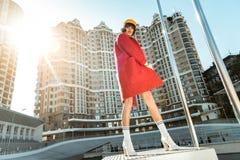 Femme maigre méprisante s'enveloppant dans sa robe longue rouge de velours images libres de droits
